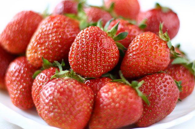イチゴの美味しい季節。イチゴの旬は5月ころです。私は、いつもヘタのない方からかぶりついちゃうのですが、ヘタをと