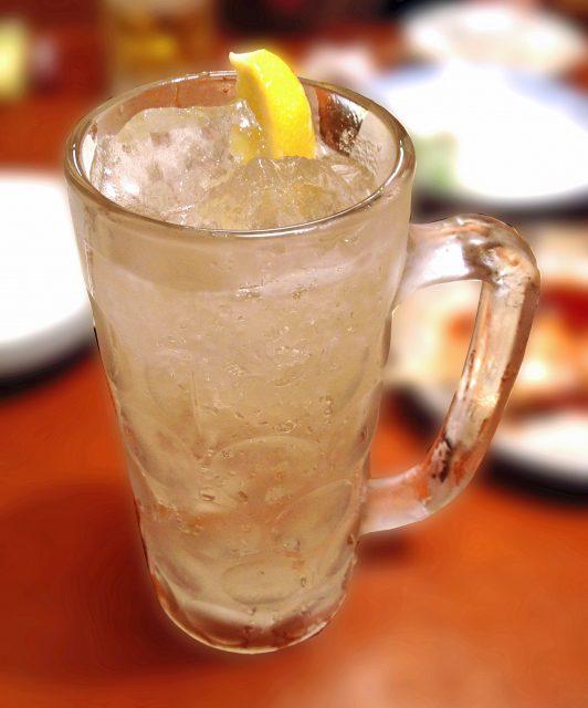 お酒に強い人と弱い人がいますが、アルコール度数が低い場合でも一気に飲み干してしまうと酔いが回りやすい